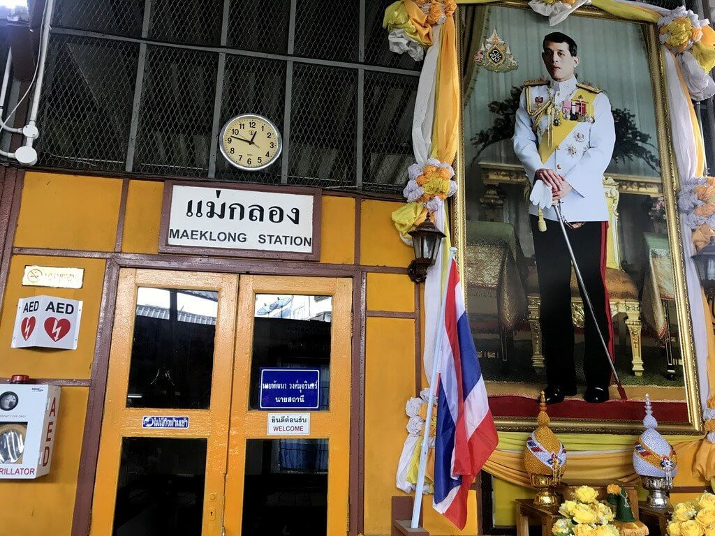 El Rey de Tailandia presidiendo el mercado