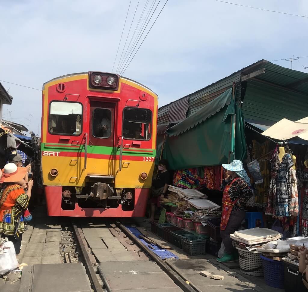 El tren cruza el mercado de Mae Klong