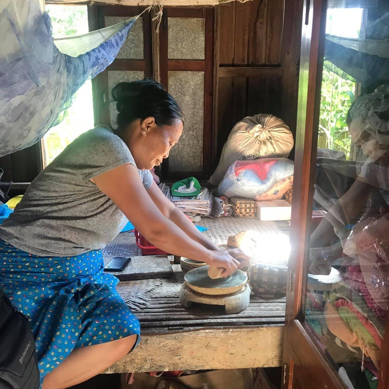 Haciendo tanaka (raíz de árbol del que se extrae una pasta amarilla que sirve para protegerse del sol)