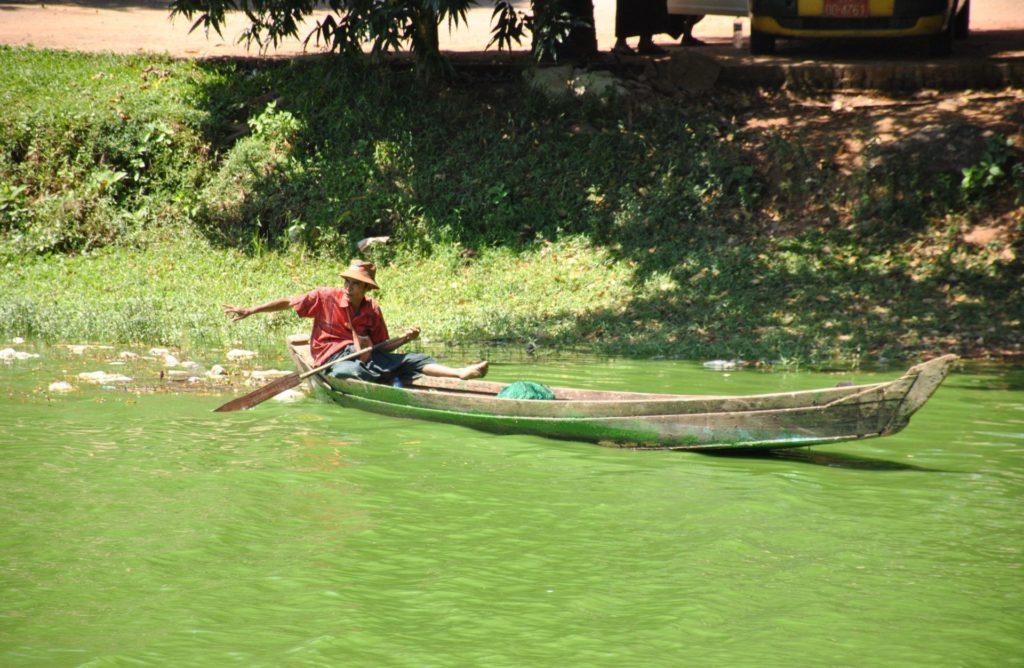 Un barquero en el lago