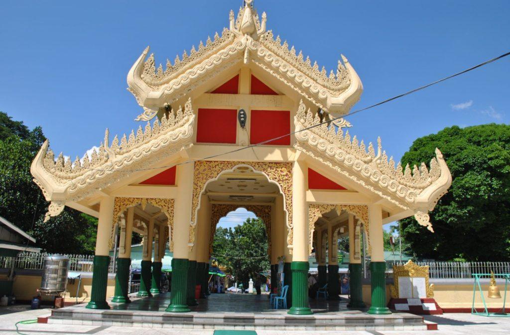 Entrada principal Maha Wizaya Pagoda. El calzado se deja en esta puerta