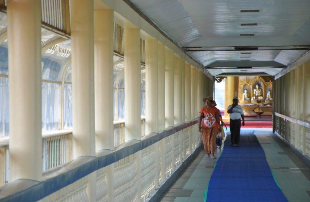Camino que conduce al interior de la pagoda
