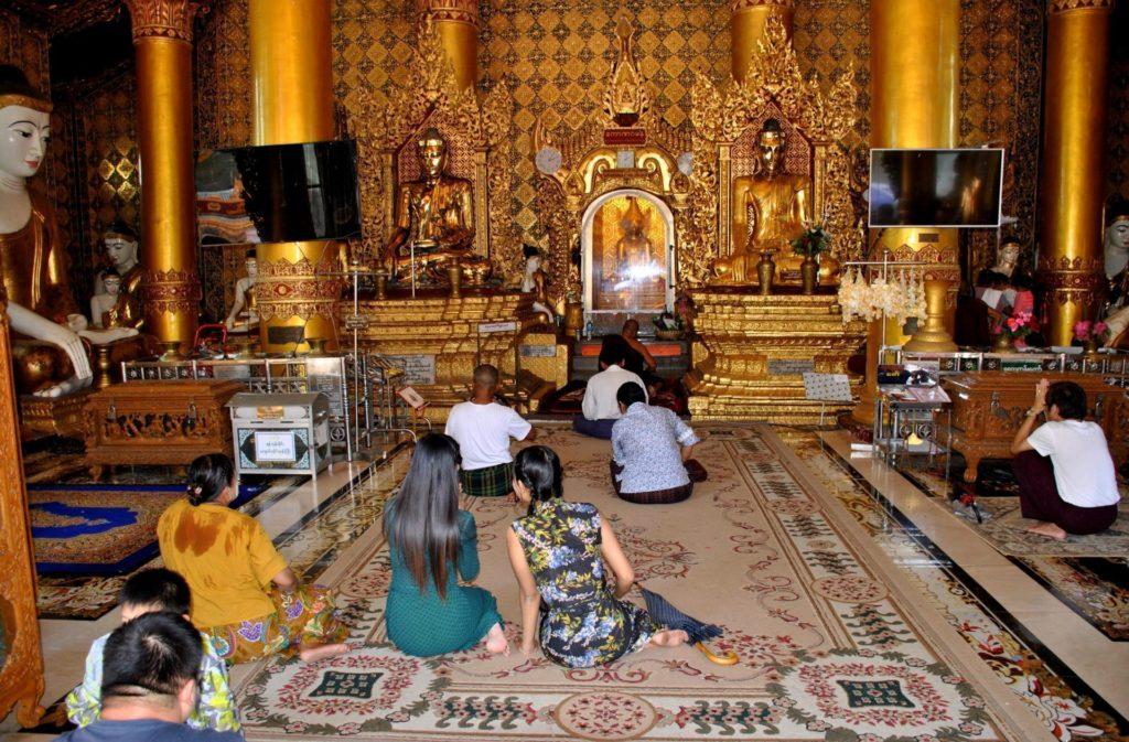 Rezando dentro de uno de los santuarios