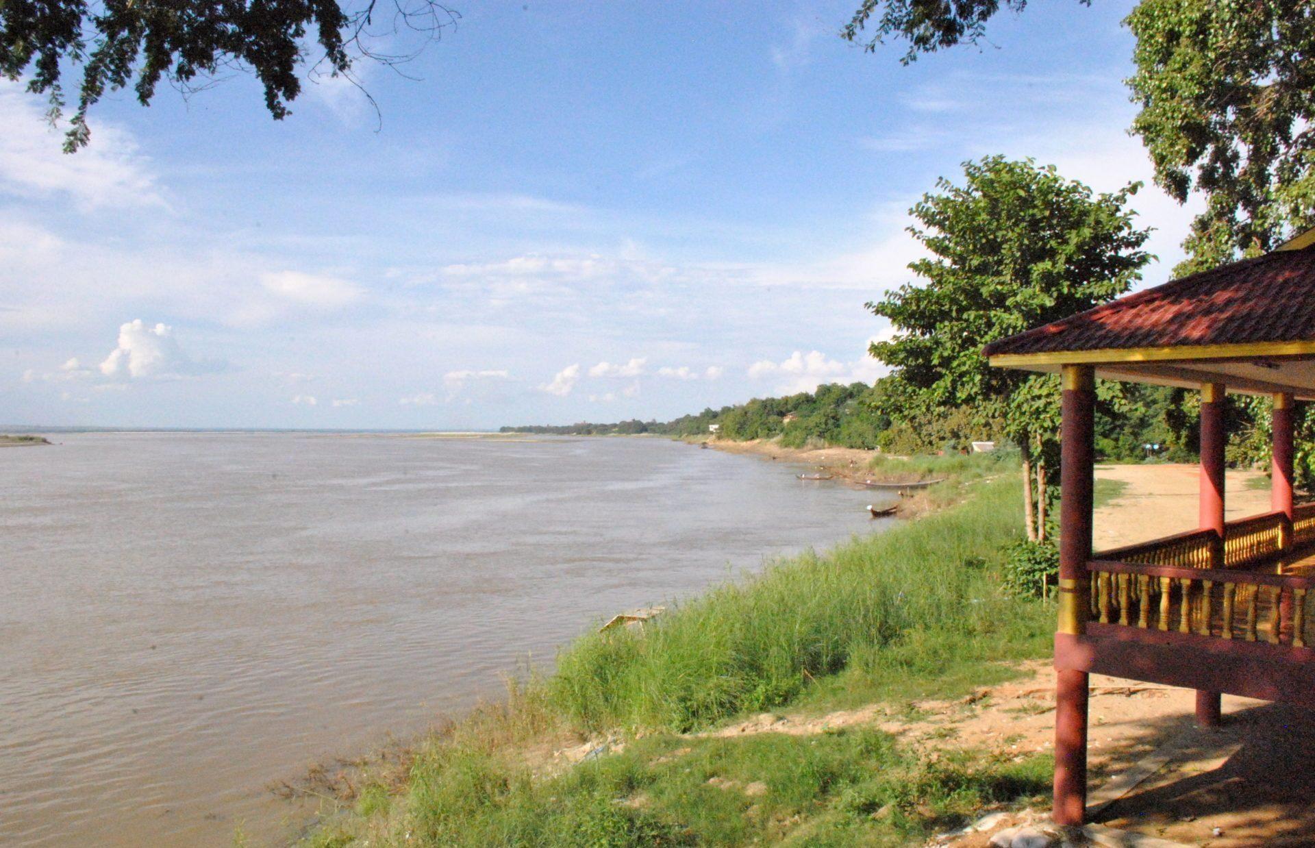 Río Irawadi junto a la pagoda