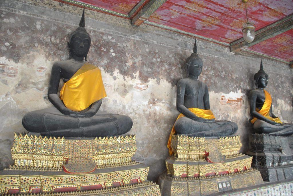 Budas de las galerías laterales del templo