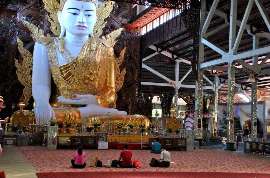 Enorme imagen de Buda sentado