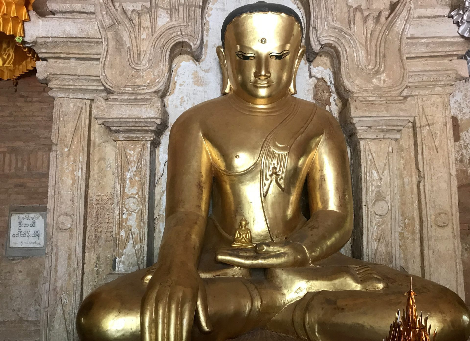 Buda interior templo Htilominlo