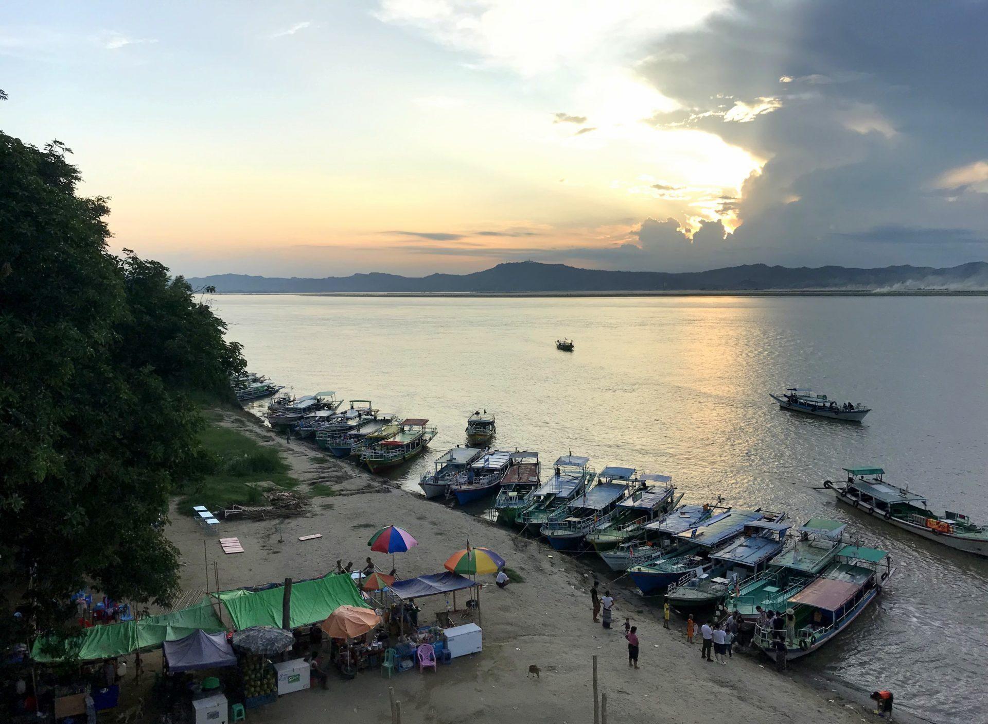 Atardecer sobre el río Irawadi