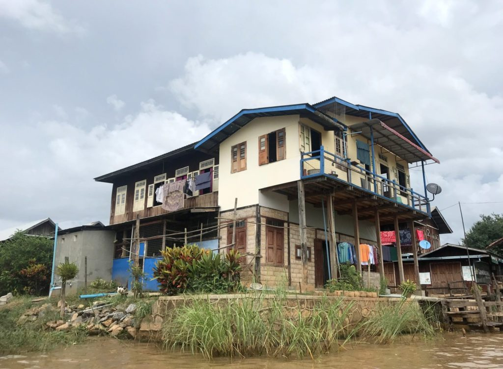 Recorriendo el lago cerca de In Phaw Khone