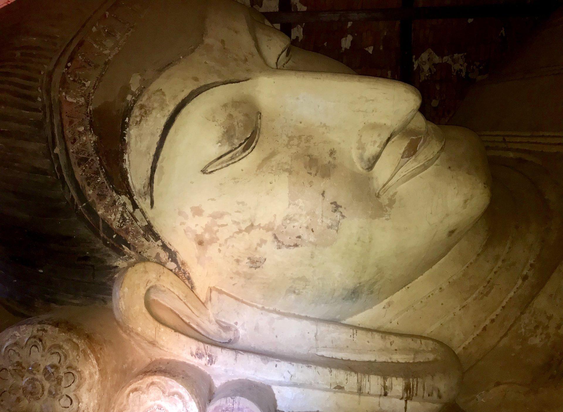 Cabeza del buda reclinado de la pagoda Shwe San Daw