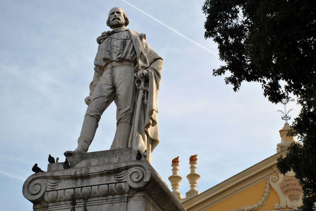 Estatua de Garibaldi en la plaza del mismo nombre