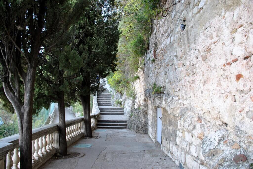 Subiendo escaleras. Colline du Château