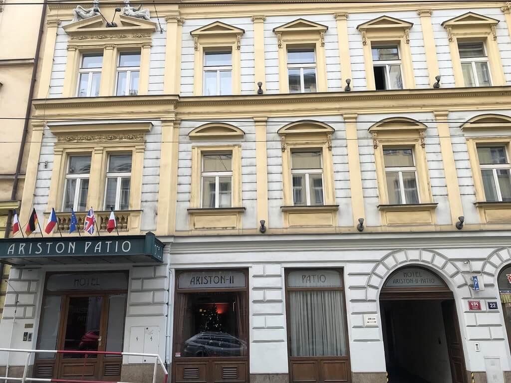 Entrada principal del Hotel Ariston