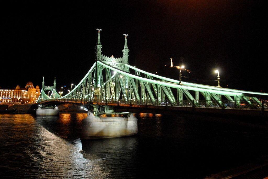 Monte Gellért de noche y Puente de la Libertad