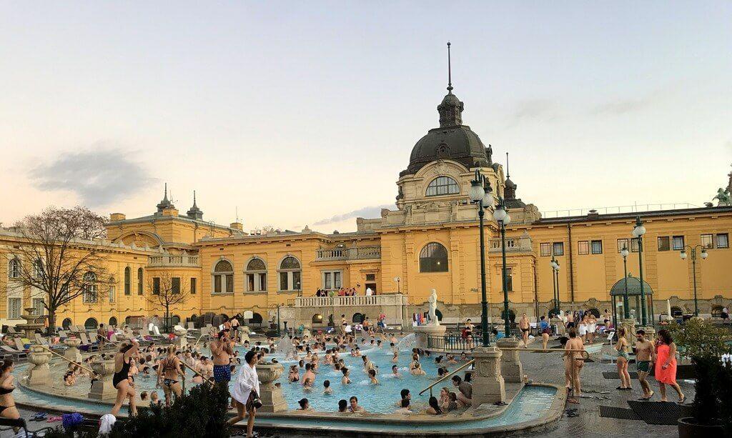 Una de las tres piscinas exteriores del Balneario Széchenyi
