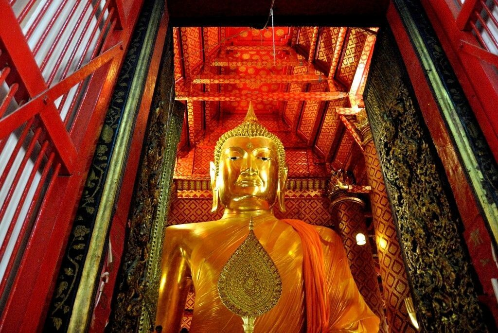 Buda dorado del Wat Phanan Choeng