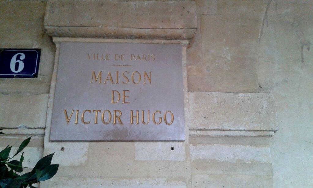 Placa que recuerda el lugar donde vivió Víctor Hugo