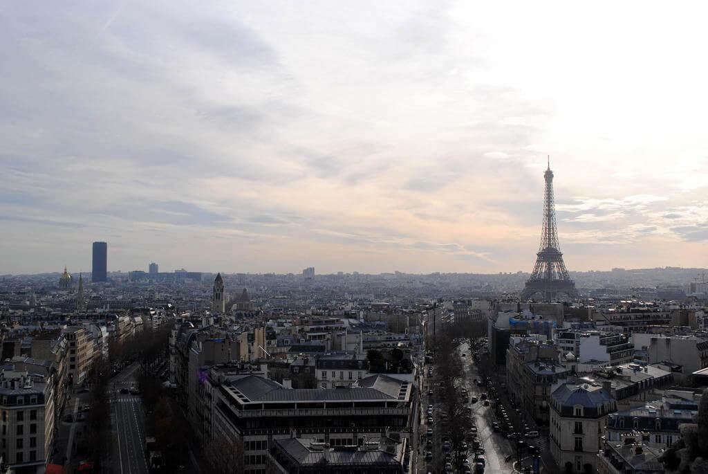 Impresionantes vistas de la Tour Eiffel desde el Arco del Triunfo