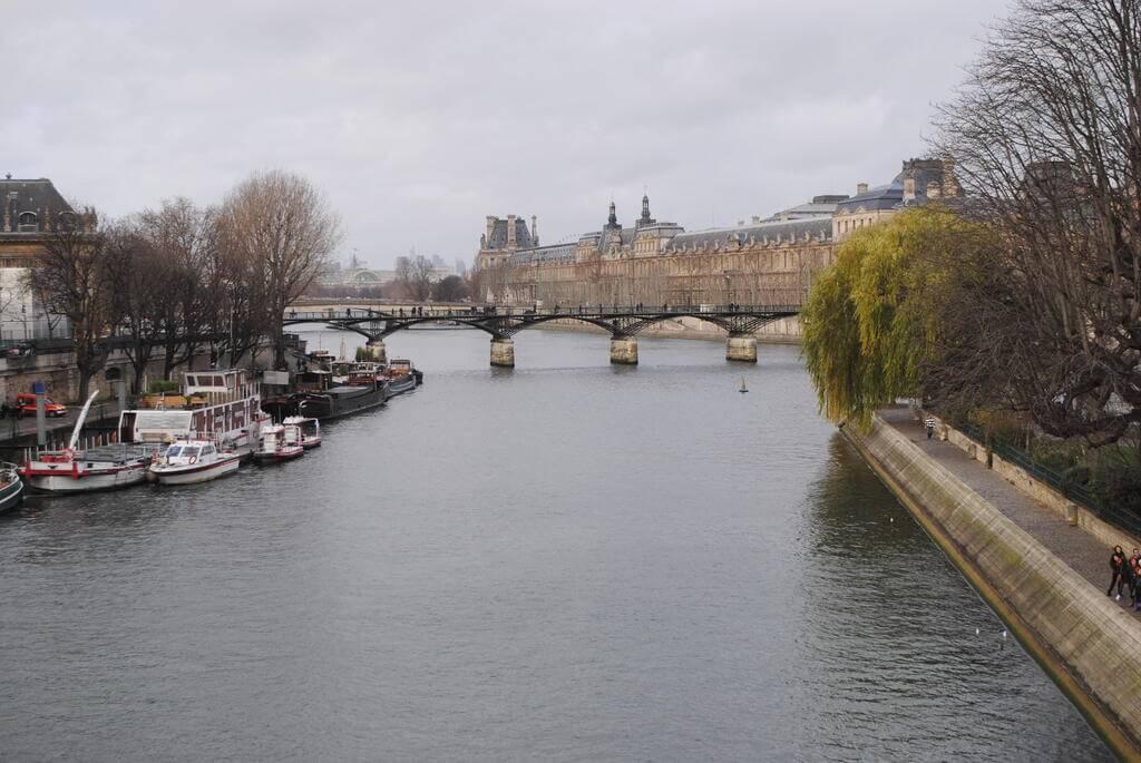 Barcos que hacen cruceros por el Sena