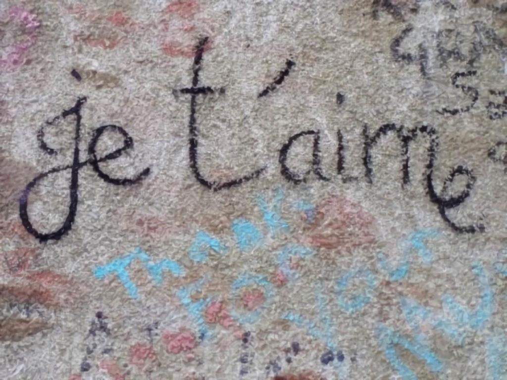 Mensajes de amor en la tumba del escritor Oscar Wilde en Père Lachaise