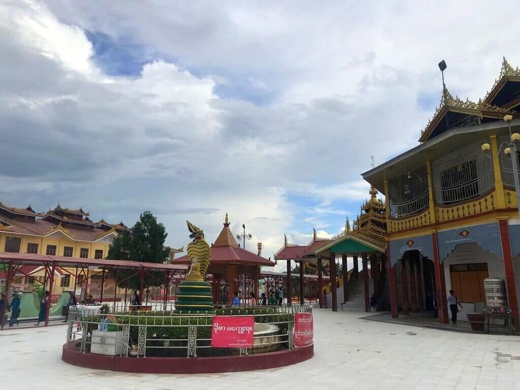 Patio interior de la Phaung Daw OO Pagoda