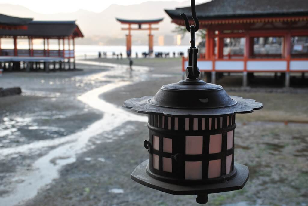 Santuario de Itsukushima con marea baja