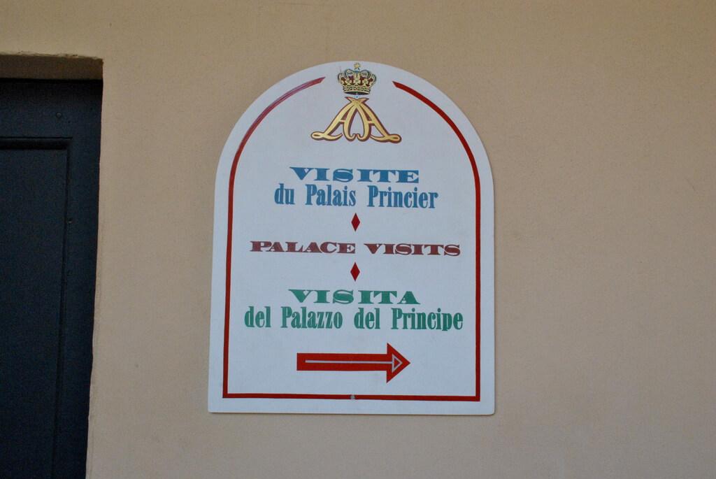 Cartel que muestra cómo llegar al Palacio del Príncipe