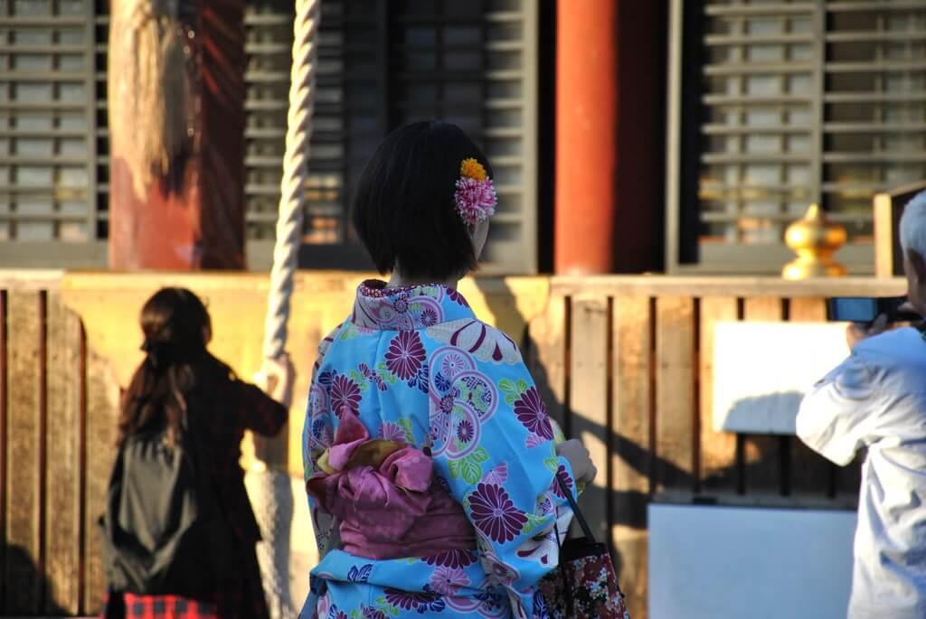Una chica se acerca al Honden de Yasaka