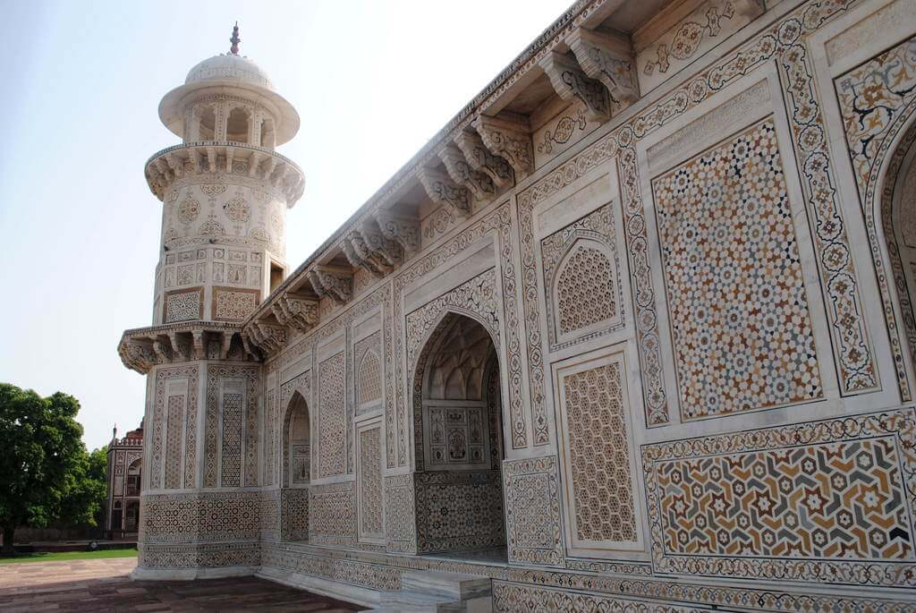 Pared lateral del Baby Taj adornado con jalis