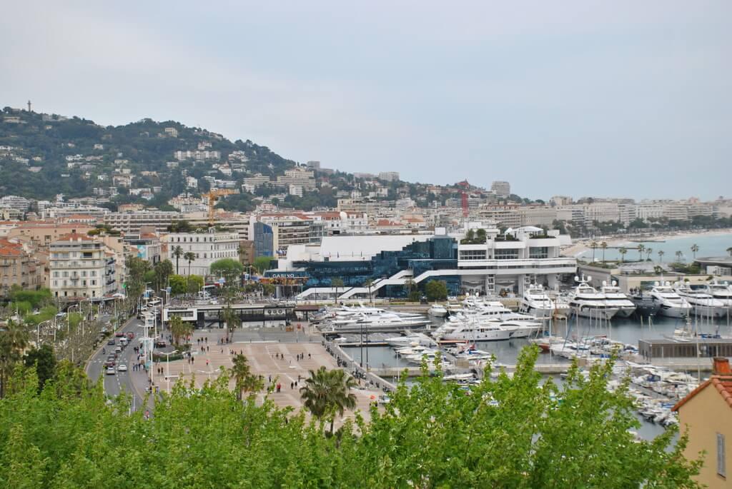 Vistas del puerto de Cannes desde la explanada del Museo Castre
