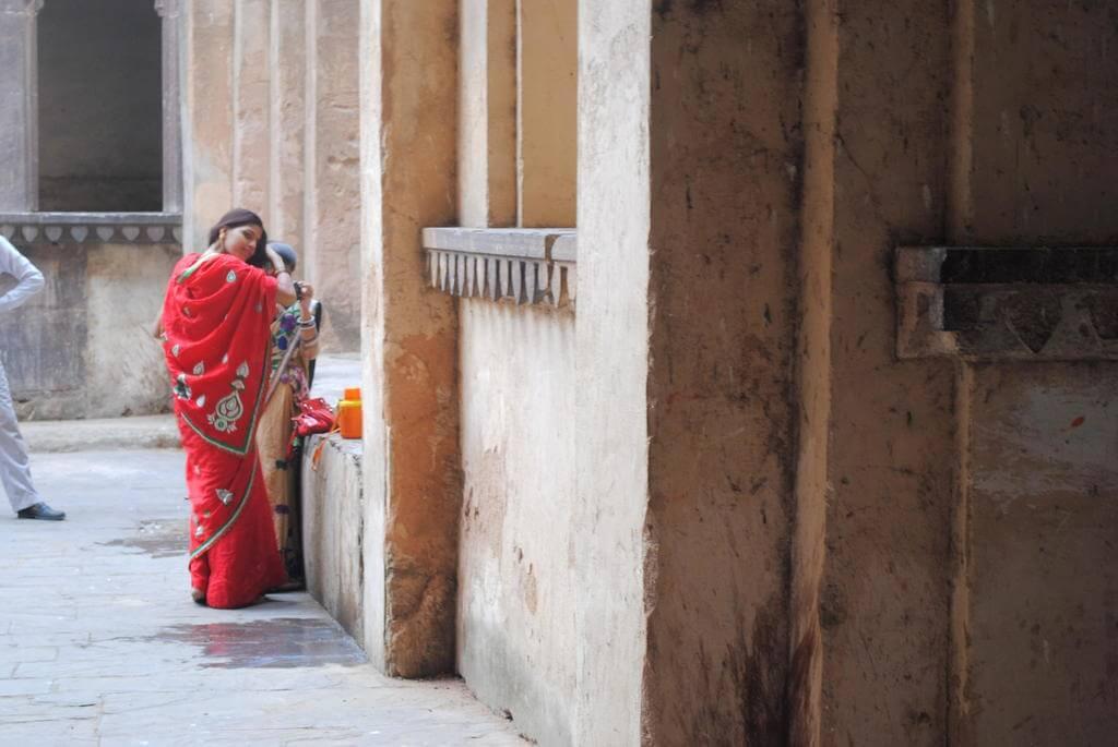 Una chica se acicala justo a la entrada del templo