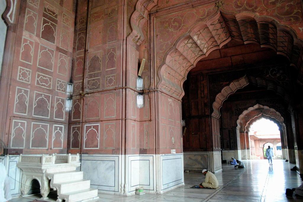 Interior de la mezquita Jama Masjid