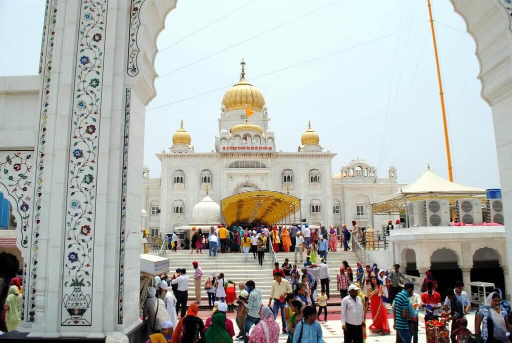 Accediendo al templo Gurudwara Bangla Sahib