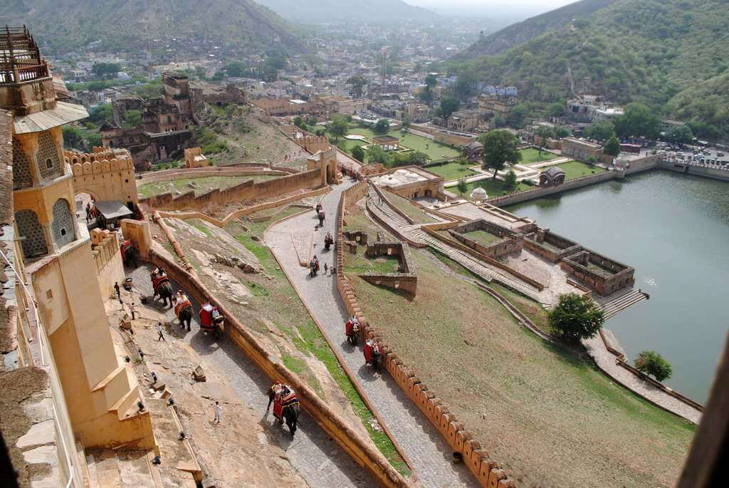 Elefantes subiendo la colina del Fuerte Amber