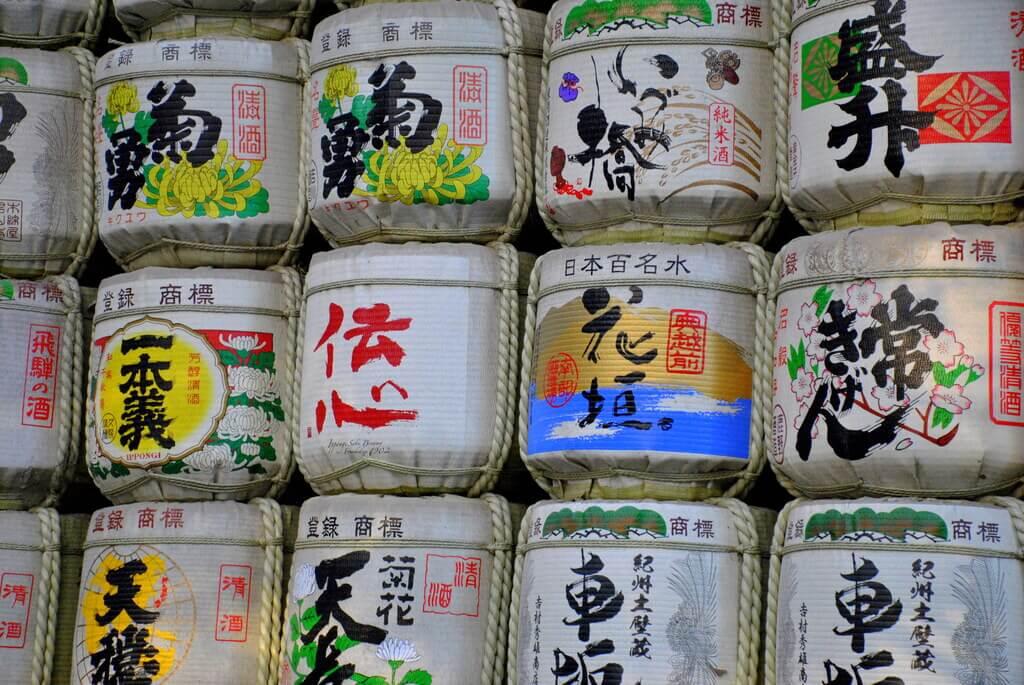 Barriles de sake como ofrenda en la entrada al Santuario de Meiji
