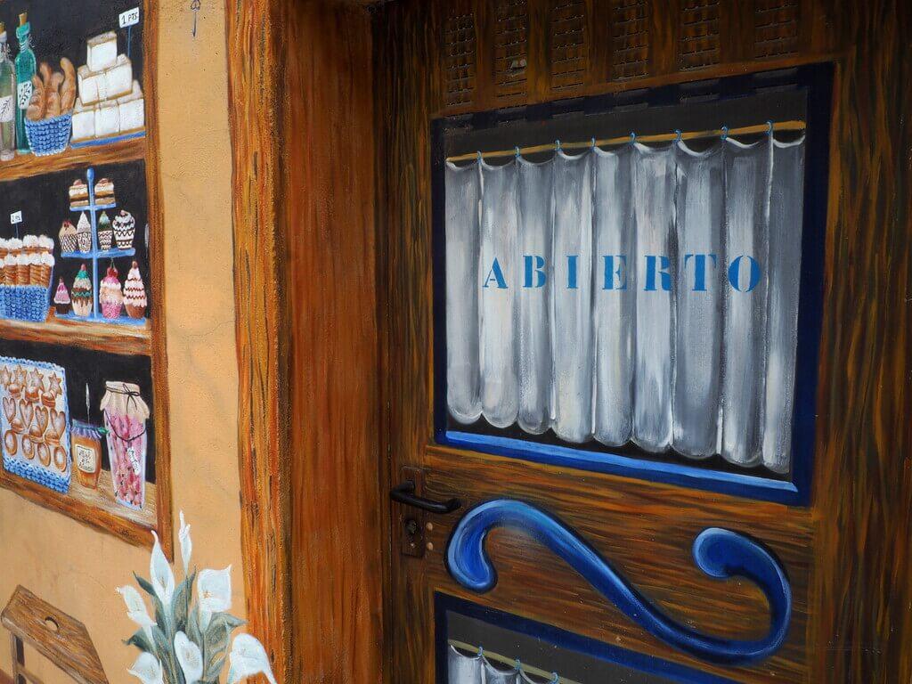 Puerta del trampantojo La Panadería, obra de Asun