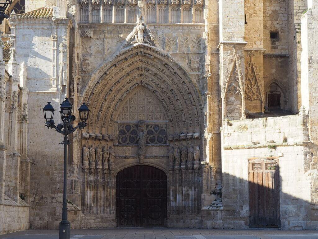 Una de las puertas de acceso a la Catedral