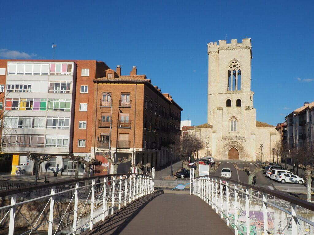 Iglesia de San Miguel desde el puente metálico de enfrente