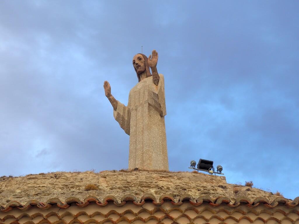Victorio Macho descansa a los pies de su Cristo