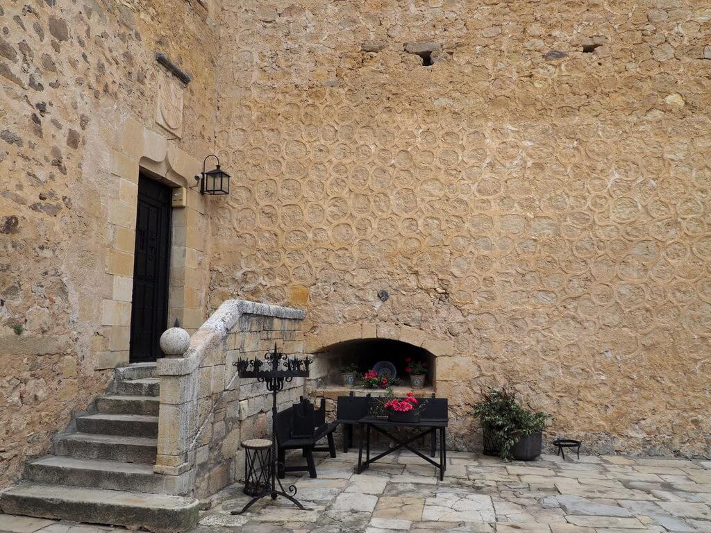 Patio interior del castillo - museo de Zuloaga