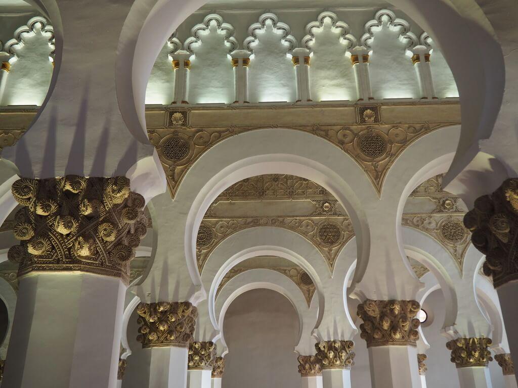 Arcos de las naves de la sinagoga