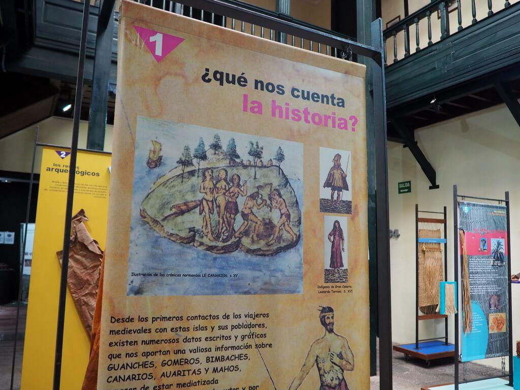 Carteles explicativos dentro del museo