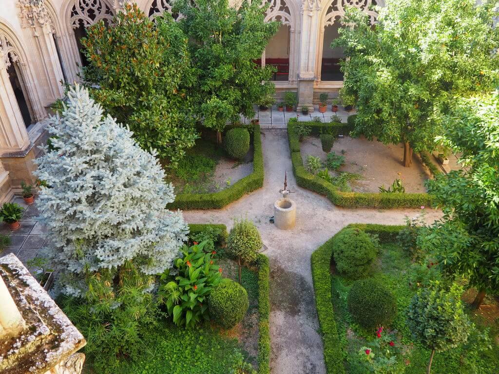 Jardín del claustro visto desde el piso superior