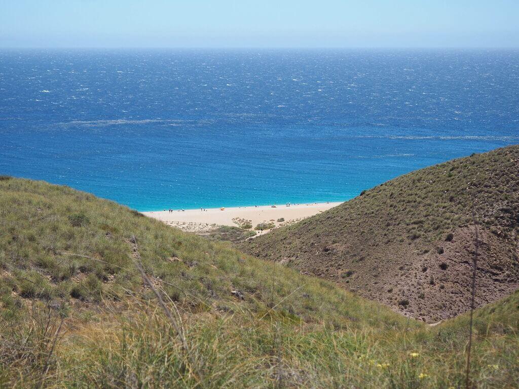 La Playa de los Muertos desde el sendero que conduce hasta ella