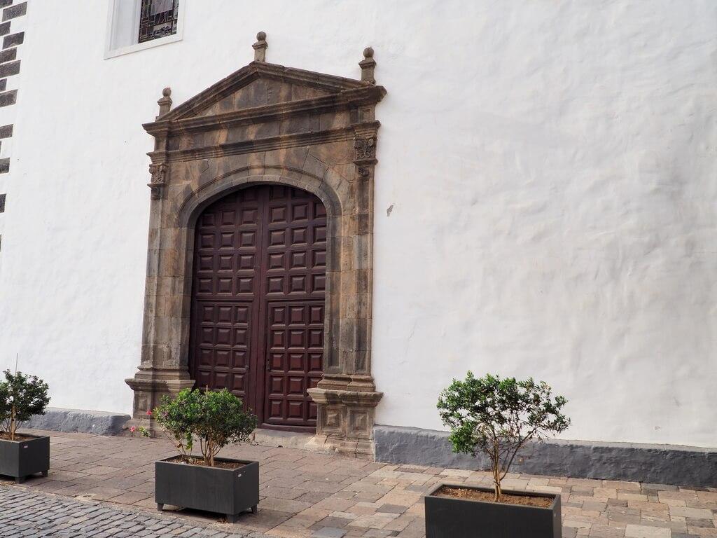 Puerta de entrada a la iglesia por la Plaza de la Libertad