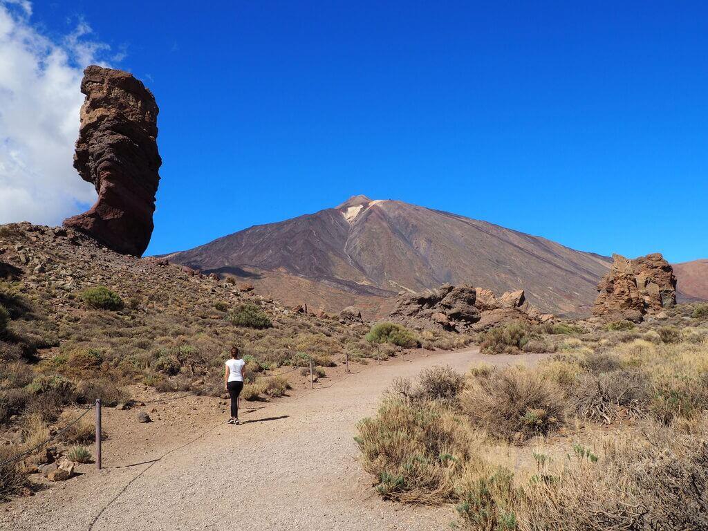 Roque Cinchado y al fondo el Teide