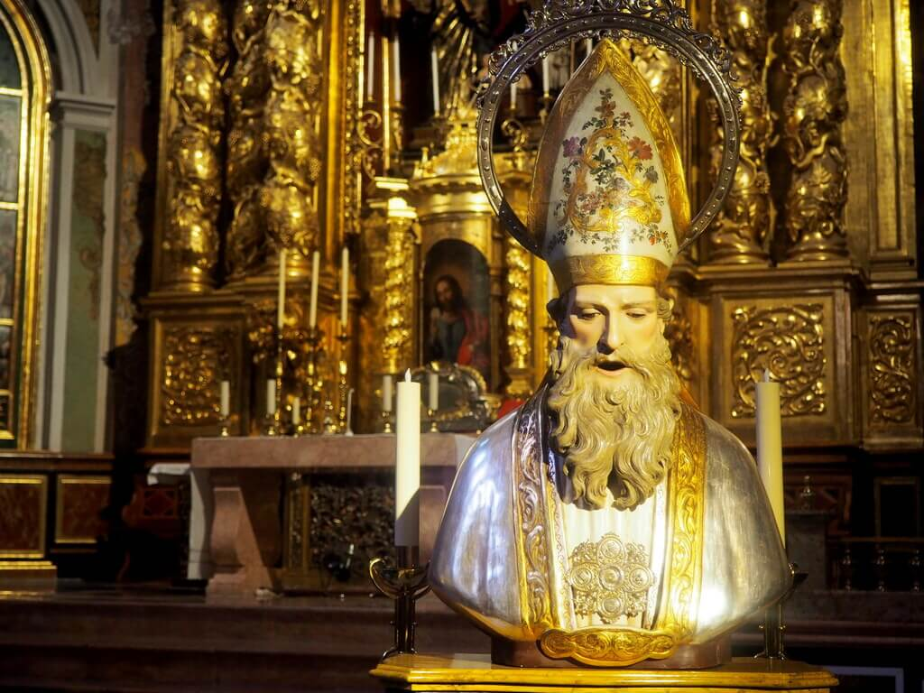 San Nicolás de Bari en el interior de la iglesia