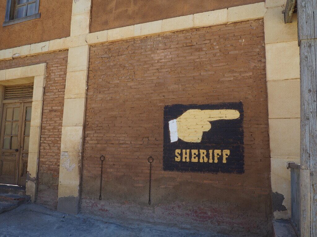 Vamos a la oficina del Sheriff