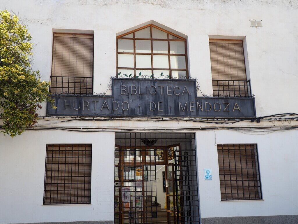 Entrada a la biblioteca de Órgiva