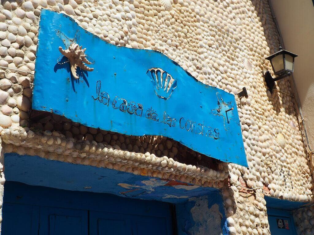 Puerta principal de La Casa de las Conchas